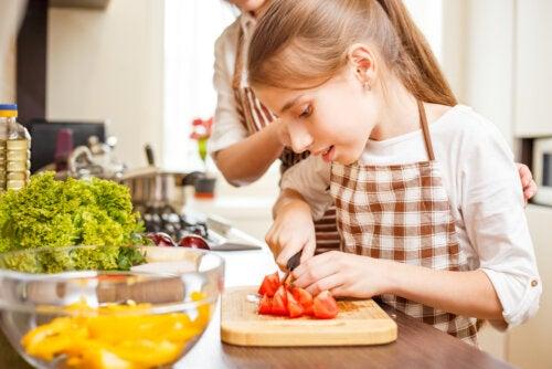 Chica adolescente cocinando con su madre.