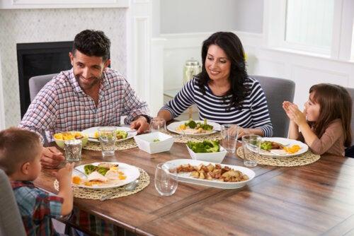 Familia comiendo en casa.