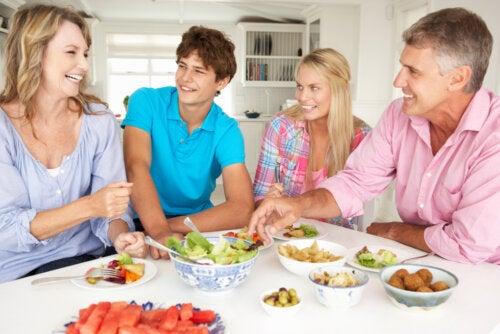 Familia comiendo unida durante la cuarentena para evitar conflictos.