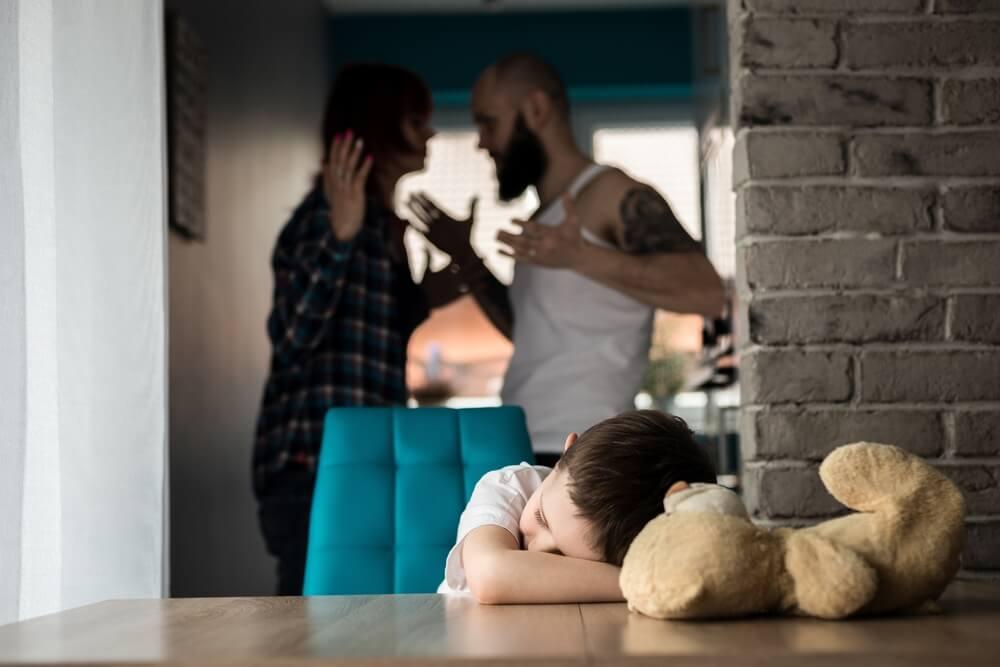 Parents ayant une forte dispute devant leur enfant.