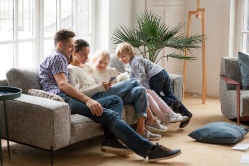 Familia en el salón de casa resolviendo alguno de los escape room gratuitos que proponemos durante esta cuarentena.