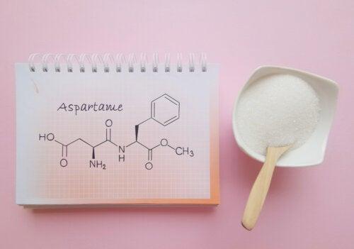 Fórmula química del apartamos, contraindicado para la fenilcetonuria.