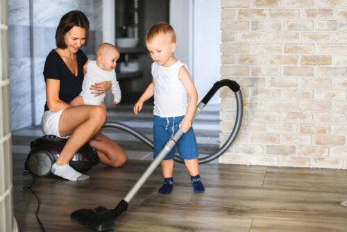 Niño ayudando a su madre con las tareas del hogar durante la cuarentena.