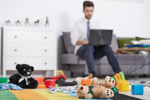 Hombre cumpliendo el reto de cuidar de los niños y trabajar desde casa.
