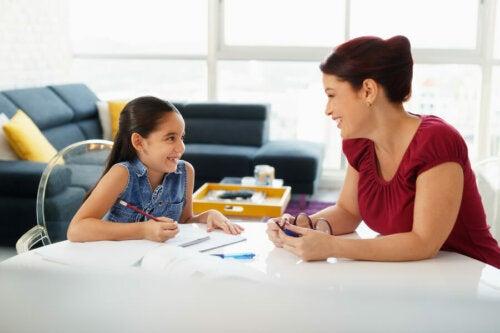 Madre ayuda a su hija con la tarea escolar para que no sea tan desorganizada.