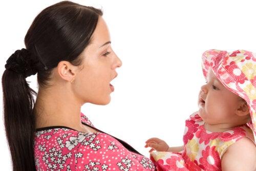 Mamá hablando con su bebé durante la etapa prelingüística.
