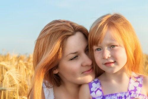 Madre abrazando a su hija altamente sensible.