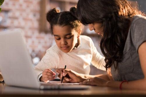 Madre con su hija estudiando como parte de educar para la incertidumbre.