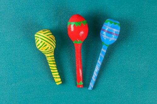 Las maracas son uno de los instrumentos musicales caseros para hacer con tus hijos.