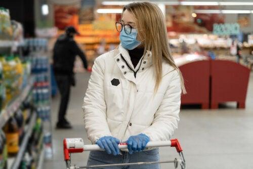 Mujer siguiendo los consejos para hacer la compra durante el confinamiento.