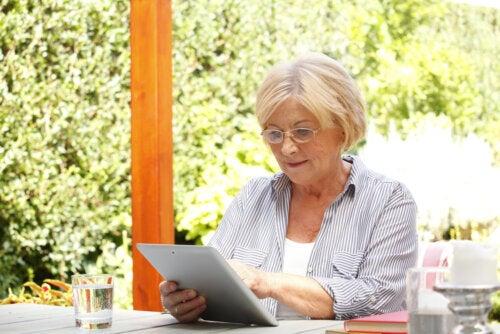Mujer consultando sus redes sociales de libros,
