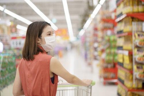 Mujer haciendo la compra en el supermercado durante el confinamiento.