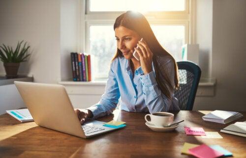 Mujer trabajando desde casa mediante el teletrabajo.