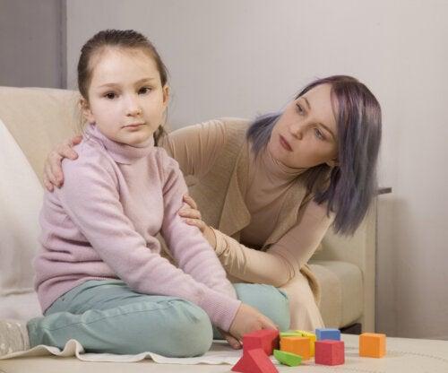 Madre con su hija con autismo llevando a cabo uno de los programas de intervención.
