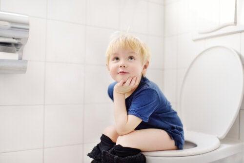 Niño levantándose a hacer pis por la noche para evitar la enuresis nocturna.