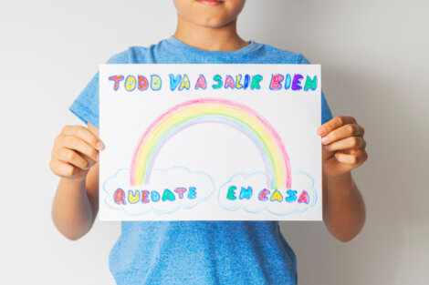 Niño con un cartel mostrando la solidaridad por el coronavirus.