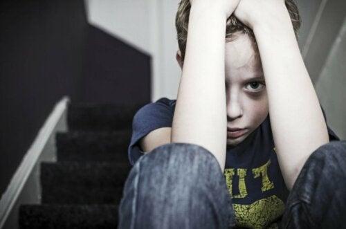 Niño asustado pensando en cómo afecta el sufrimiento al cerebro de los niños.