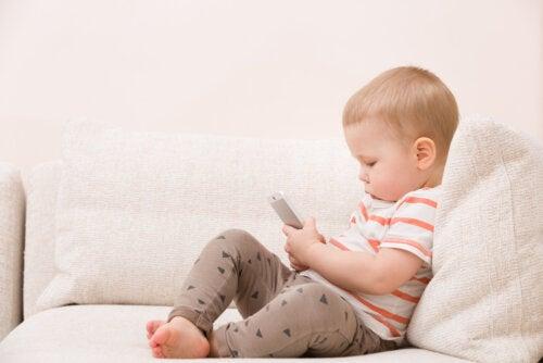Bebé usando un teléfono a prueba de niños.