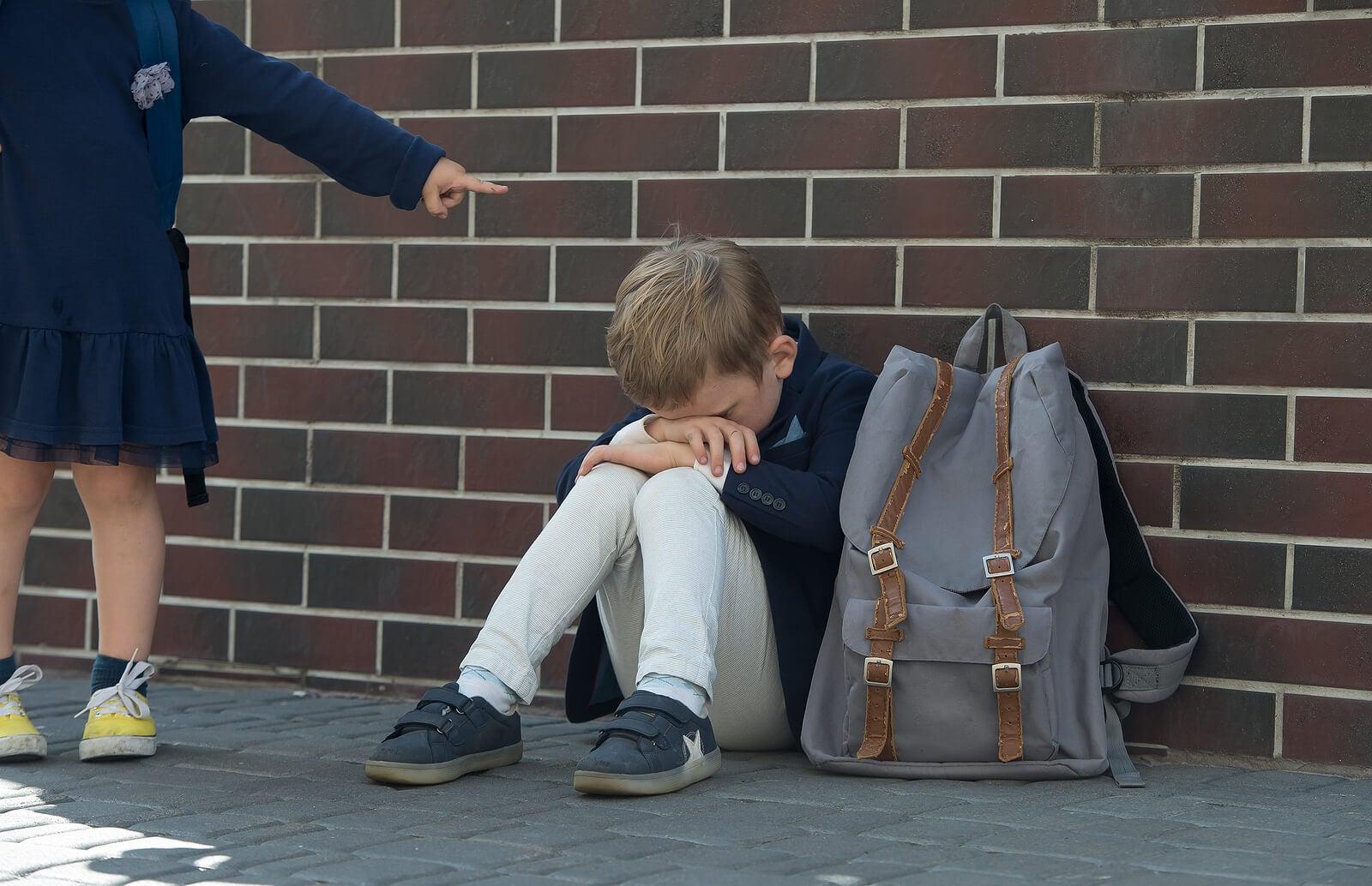 Enfant souffrant de harcèlement à l'école.