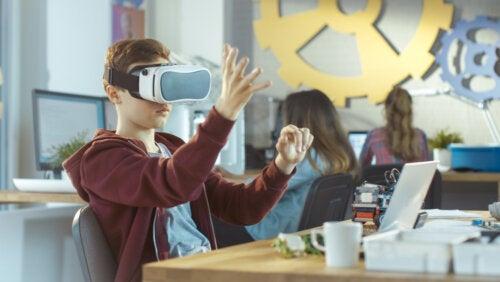 Niño usando unas gafas de realidad virtual en el aula.