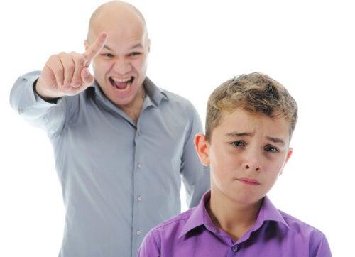 ¿Qué tono de voz debes utilizar al disciplinar a tus hijos?