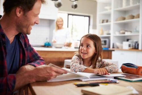 Padre con su hija llevando a cabo una educación en casa.
