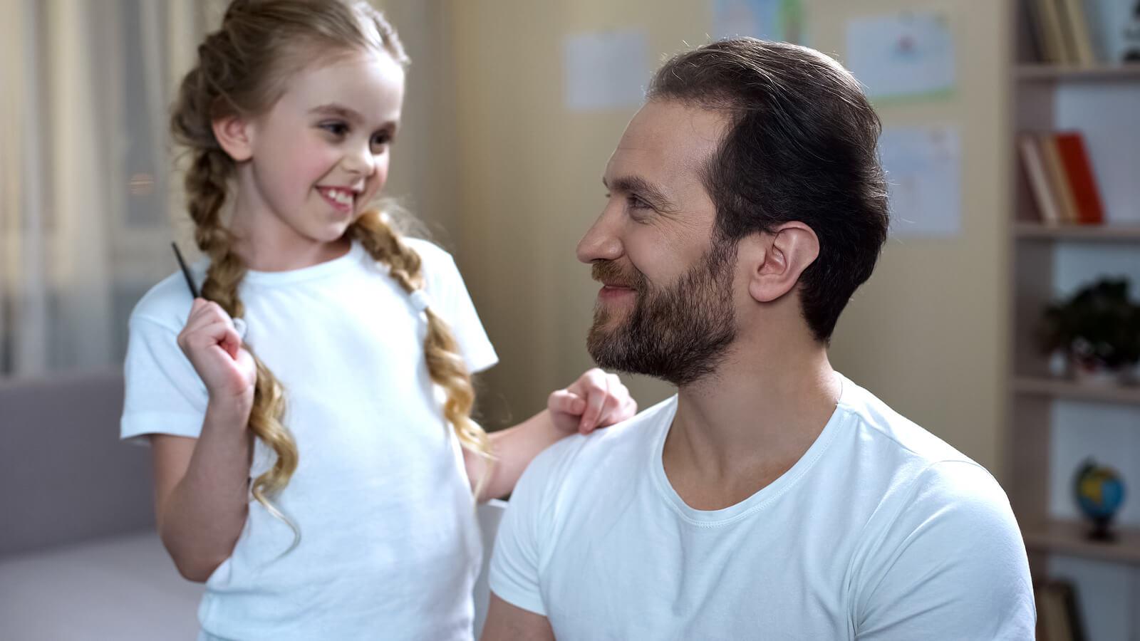 Padre e hija jugando a juegos para estimular la expresión no verbal.