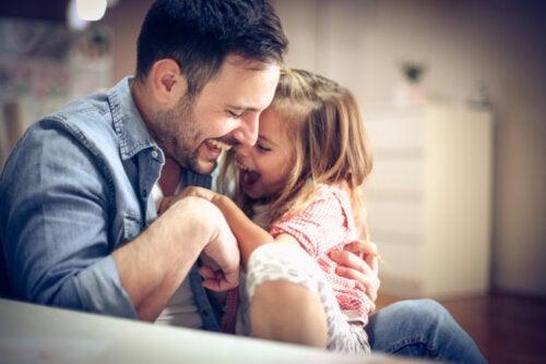Padre jugando con su hija al juego bruto.