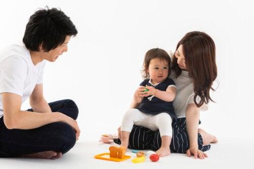 Padres jugando con su hija.