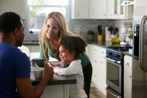 Padres hablando con un buen tono para disciplinar a su hija.