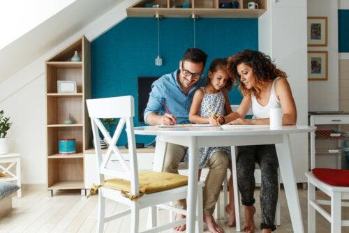 Padres con su hija disfrutando en su espacio de aprendizaje.