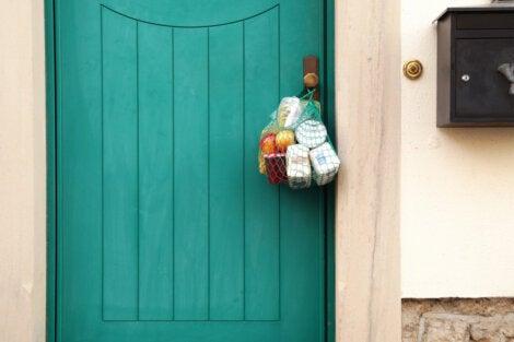 Comida colgada a la puerta de una casa como muestra de la solidaridad, la mejor enseñanza del coronavirus.