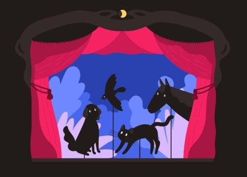 Animales en el teatro de sombras hecho en casa.
