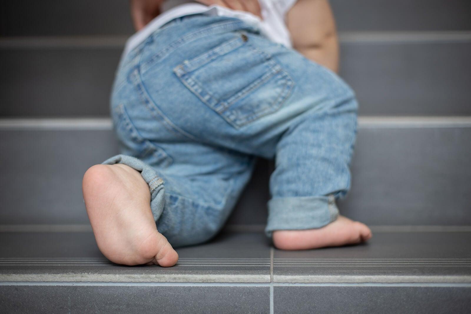 Bebé aprendiendo a subir las escaleras.