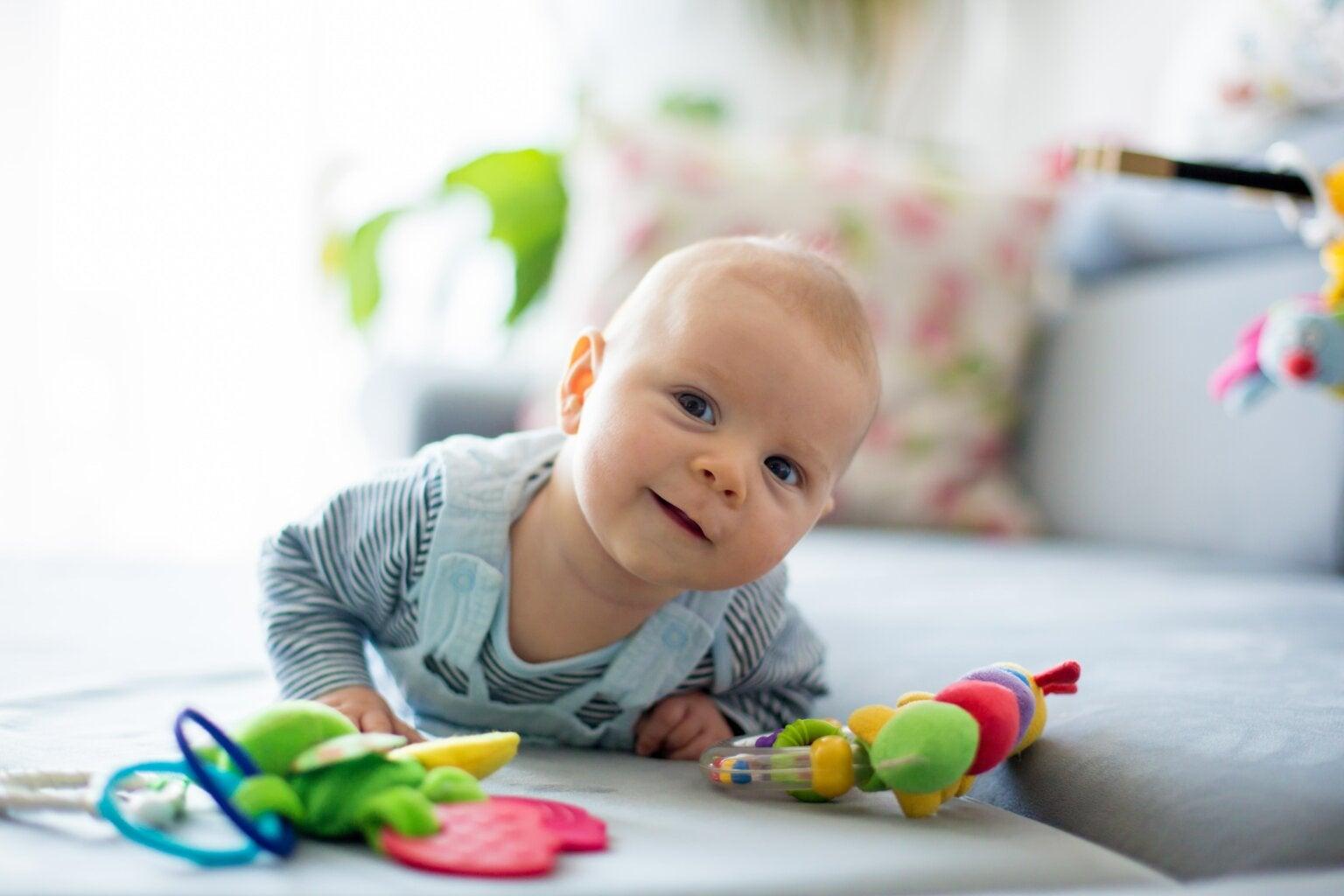 Bebé haciendo ejercicios de estimulación temprana y estimulación basal.