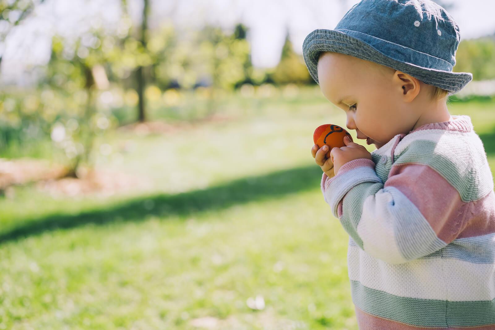 Bebé jugando con uno de los juegos Montessori.