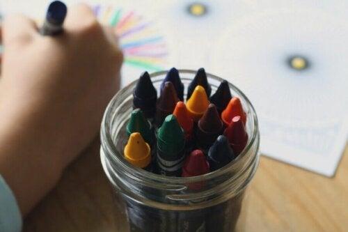 Ceras de colores guardadas en un bote de cristal.