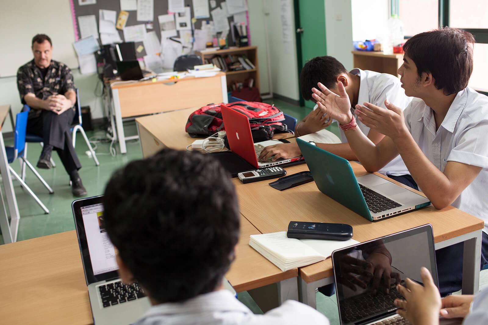 Alumnos haciendo un debate en clase.