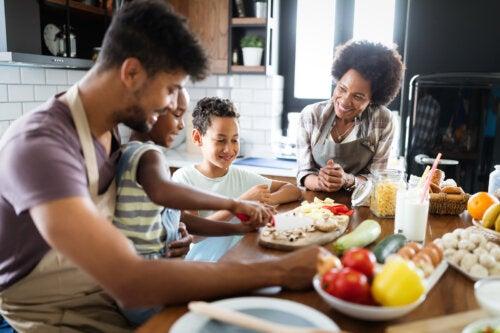 Familia cocinando y planificando un menú vegetariano y sano en familia.