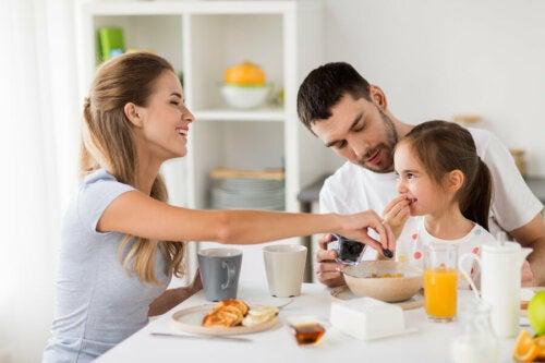 Desayunando todos juntos en familia.