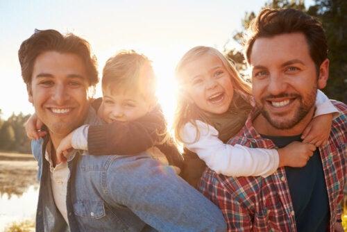 Familia resiliente paseando con sus dos hijos.