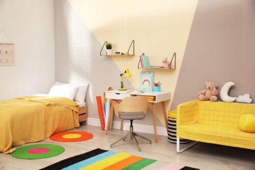 Habitación infantil decorada con tonos amarillos.
