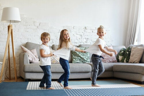 Niños jugando en el salón de casa.