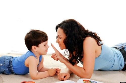 Madre hablando con su hijo para llevar a cabo una crianza feliz.
