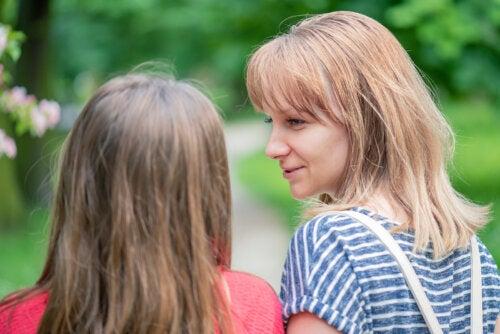 Madre hablando con su hija para ayudarle a afrontar la pérdida de un amigo.