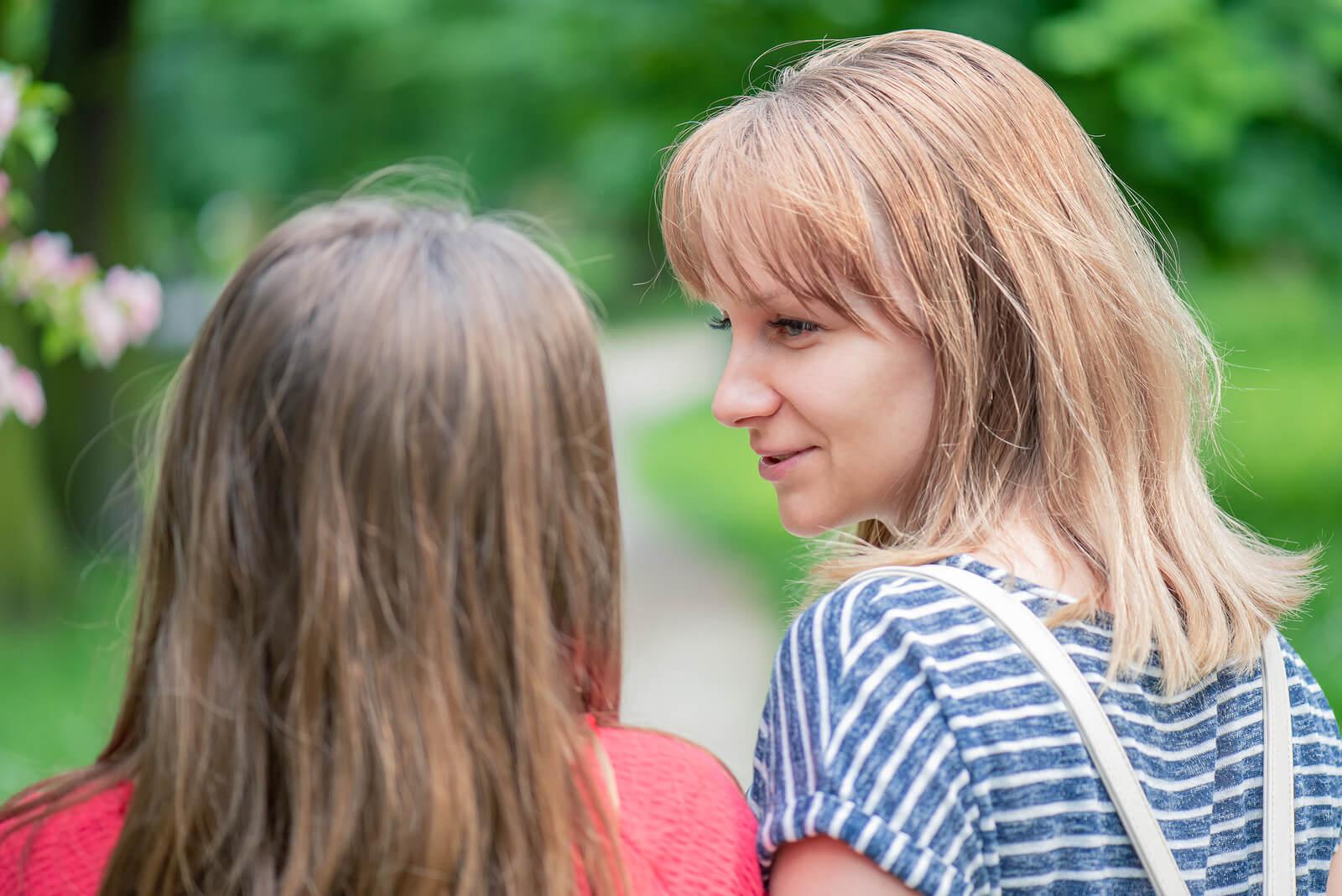 Madre hablando con su hija para saber si un familiar la ha desautorizado frente a su hijo.