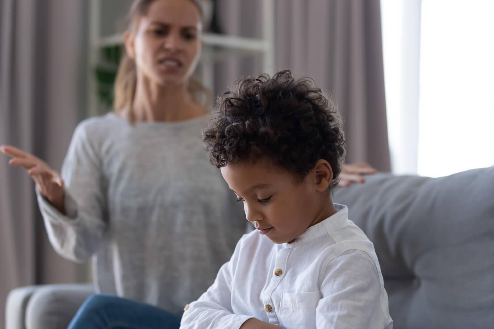 Madre hablando con su hijo para intentar modificar su actitud terca.