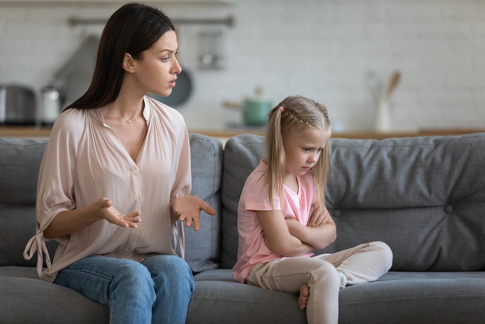 Madre regañando y educando a su hija tras su mal comportamiento.