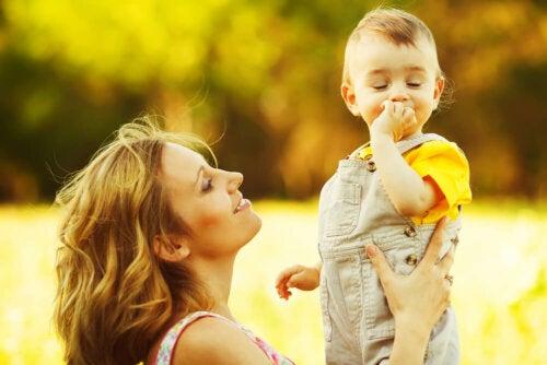 Madre hablando con su hijo y llevando a cabo algunos ejercicios para estimular el lenguaje en niños de 1 a 2 años.