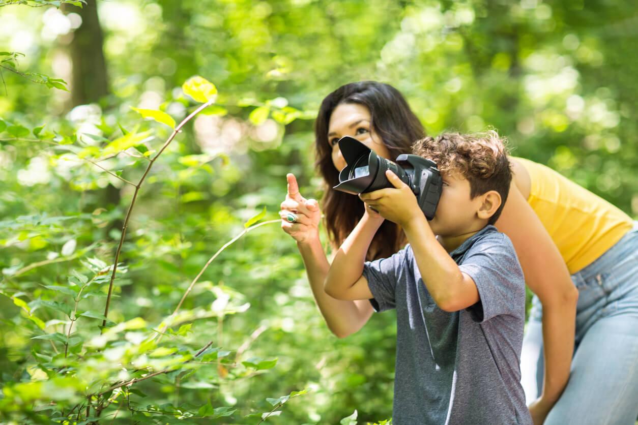 Madre haciendo fotos artísticas con su hijo.